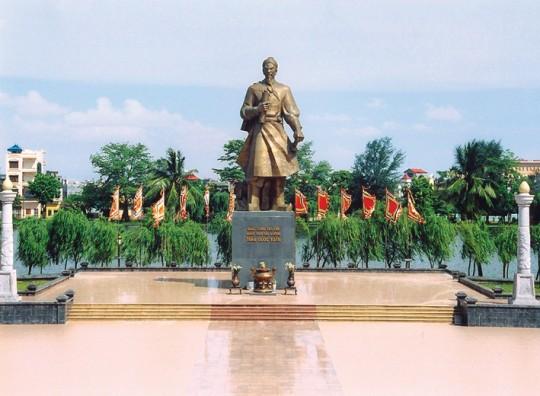 Tượng Đức Thánh Trần bên hàng cây Phong ba